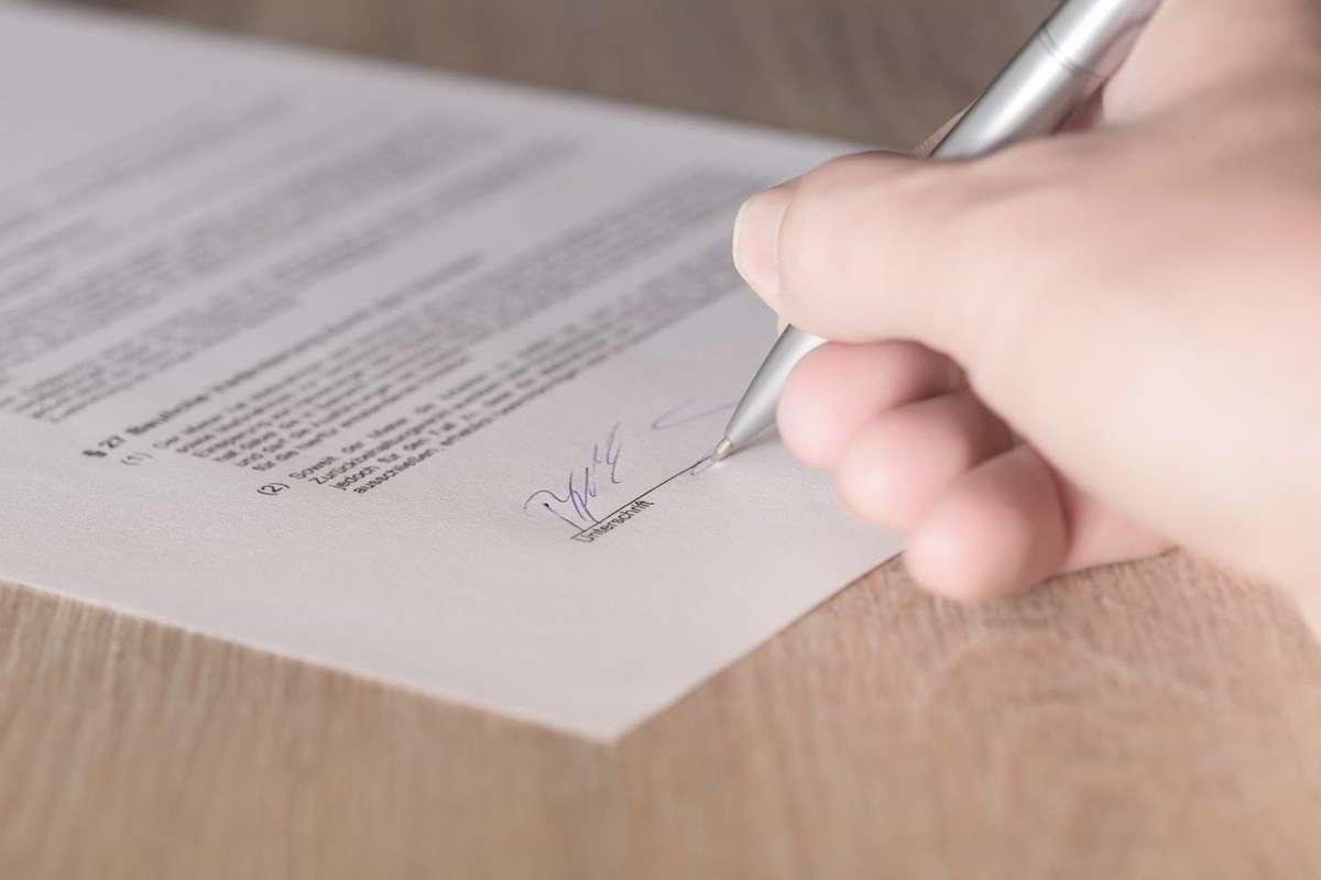 Jak przygotować umowę sprzedaży samochodu?